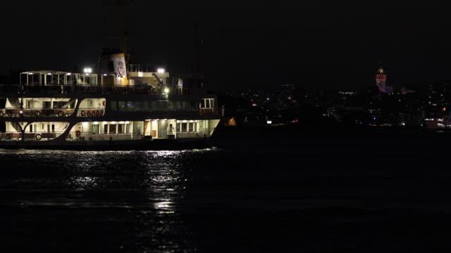 4k:public transport schiffe in der nacht - fähre stock-videos und b-roll-filmmaterial