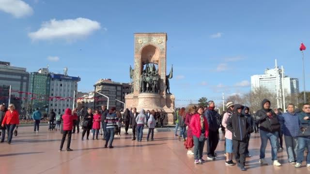 vidéos et rushes de 4k: monument de la république place taksim istanbul - drapeau turc