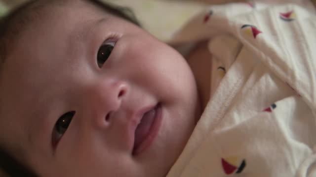 4 k 、精選 focuse 、日本のベビーガール(2month )。 - 赤ちゃん点の映像素材/bロール