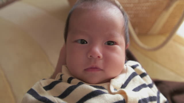 4 k, selektive focuse, ,parent pov-aufnahmen, japanische babymode – mädchen (2month). - subjektive kamera ungewöhnliche ansicht stock-videos und b-roll-filmmaterial