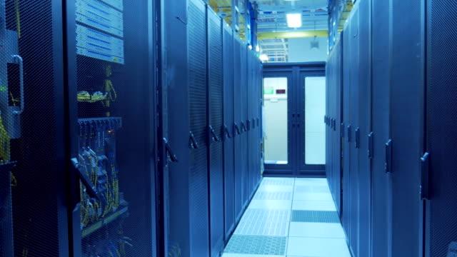 vídeos de stock e filmes b-roll de 4 k :  sala do servidor no datacenter - grande sistema informático