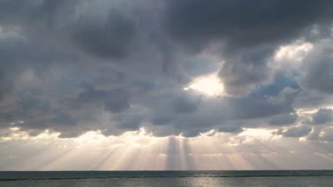 4 k 、太陽光線と雲を 海.okinawa 、日本。 - sunbeam点の映像素材/bロール