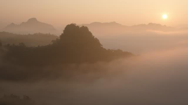vídeos y material grabado en eventos de stock de 4 k: sunrise en la mañana y en la fase de nube en las montañas - niebla