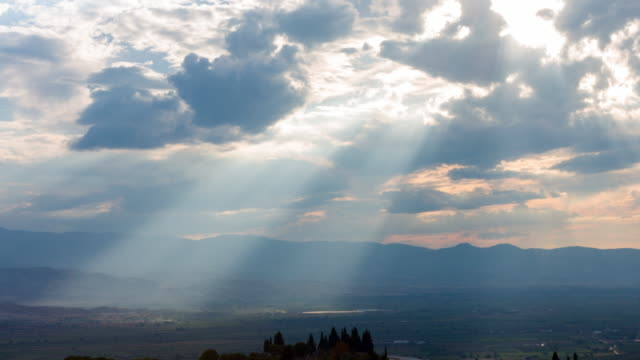 4k:sunset over mountains - raggio di sole video stock e b–roll
