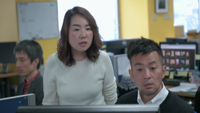 4k,talking in office. - only japanese stock videos & royalty-free footage