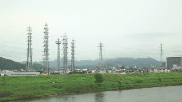 vídeos de stock, filmes e b-roll de 4 k, a margem de um rio no morning.kakogawa, hyogo, japão - vista da cidade