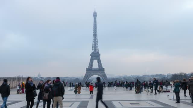 4k:time lapse torre eiffel, parigi, francia - paris france video stock e b–roll