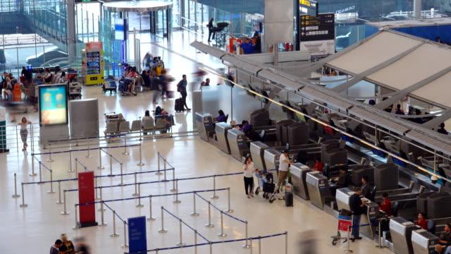 vídeos de stock e filmes b-roll de 4k:time lapse of traveler crowd at airport - estação