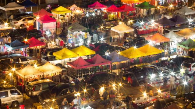 vídeos de stock e filmes b-roll de 4 k :  intervalo de tempo de andar à noite mercado - mercado noturno