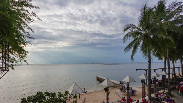 vídeos de stock e filmes b-roll de 4k;time lapse,people eating food nearly beach with sky overcast - filme colagem