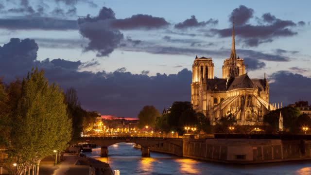 4 K : Timelapse la cathédrale Notre-Dame à la tombée de la nuit à Paris, en France