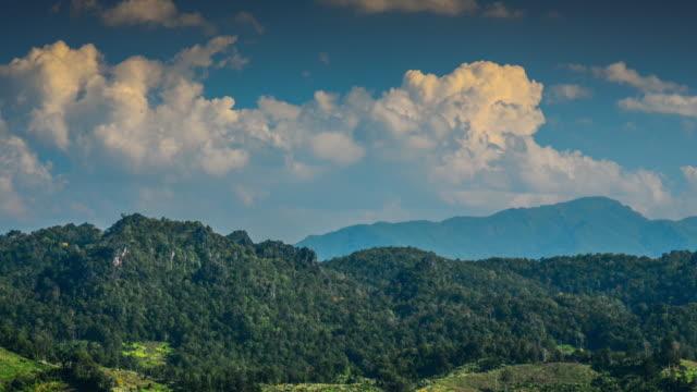4 K: ZEITRAFFER der Berg Himmel und Wolken im Sonnenlicht Zeit