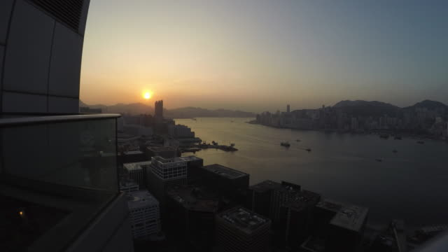 4 k-timelapse: alba, panorama di victoria harbour, honking - darsena video stock e b–roll
