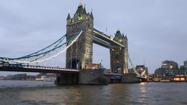 4k:tower bridge in london - tower bridge stock videos & royalty-free footage