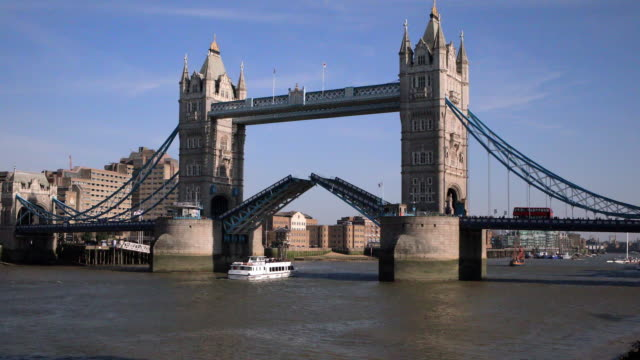 4k:tower bridge open for a boat - tower bridge stock videos & royalty-free footage