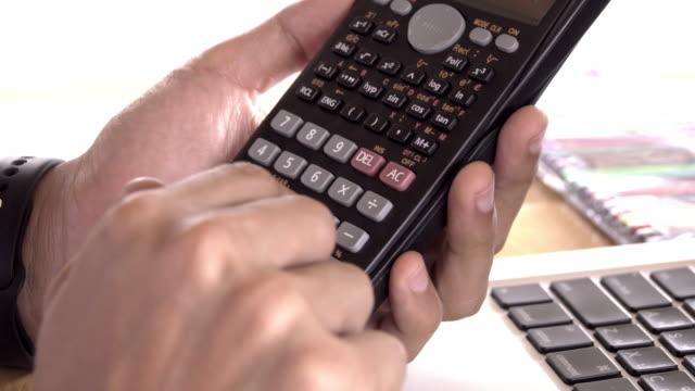 4k, unkenntlich Geschäftsmann mit Taschenrechner