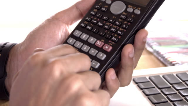 vídeos de stock e filmes b-roll de 4k,unrecognizable businessman using calculator - teclado numérico