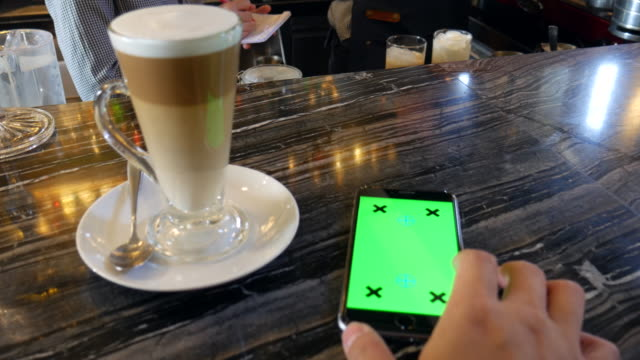 4K:Using phone with Chroma Key in coffee shop