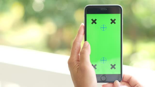 4 K :  mit Smartphone, paning Aufnahme, grünen Bildschirm