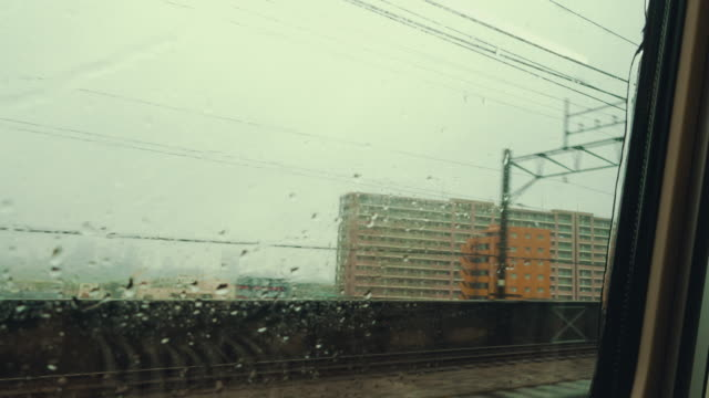 雨で新幹線ウィンドウ表示から 4 k - 列車の車両点の映像素材/bロール