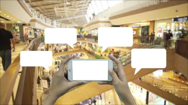 4K:Woman heeft een lege smart-apparaat en lege witte ruimte.
