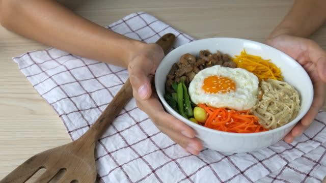 4 k  : 若い女性ギブビビンバ、韓国料理 - 玄米点の映像素材/bロール
