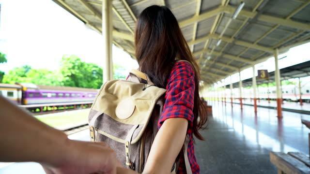 4K:Young Frau, die Hand des Menschen. fokussiert auf Seite, am Bahnhof Reisen Sie Konzept