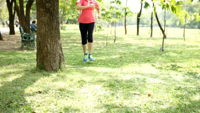 vídeos y material grabado en eventos de stock de 4 k :  mujer joven descansando después de correr - corredora de footing