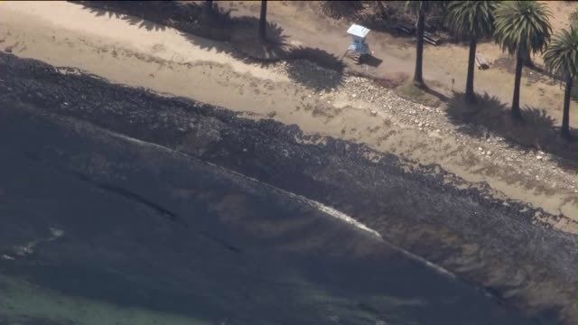 vidéos et rushes de ktla a 4milewide oil slick that poured from a ruptured pipeline into the waters off refugio state beach in santa barbara county on may 19 2015 - marée noire