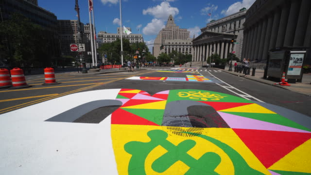 4th july 2020: black lives matter murals appear along centre street between worth street in lower manhattan in front of courthouse. artists create... - stato di emergenza video stock e b–roll