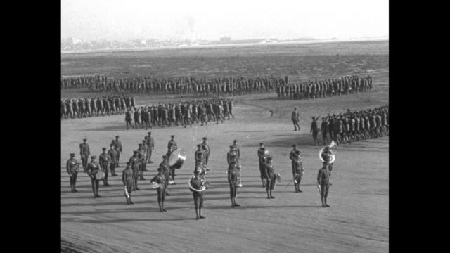 vidéos et rushes de vs 4th marine regiment military review on parade grounds / inspection formation with colonel c s hill he stops behind marine and pulls machete from... - aménagement de l'espace