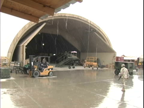 4th may 2005 hangar in rain / fob speicher, iraq / audio - 30代の男性だけ点の映像素材/bロール