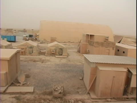 4th may 2005 montage dust storm aftermath / fob speicher, iraq / audio - 30代の男性だけ点の映像素材/bロール