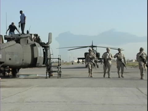 stockvideo's en b-roll-footage met 4th may 2005 montage prior military civilian contractors working on uh60 blackhawk / fob speicher iraq / audio - militaire basis