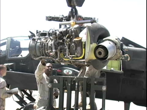 4th may 2005 montage us soldiers removing engine from ah64 apache with a crane / fob speicher, iraq / audio - azionare video stock e b–roll