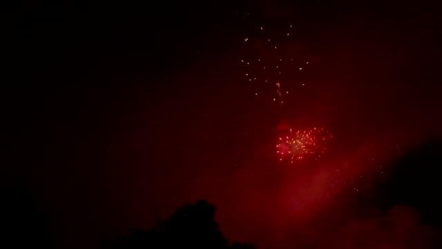 stockvideo's en b-roll-footage met 4 juli vuurwerk-luchtfoto drone shot - pasadena californië