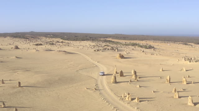 4x4 auto fahren in pinnacles wüste in westaustralien. reisemarkierung in der nähe von perth. - nationalpark stock-videos und b-roll-filmmaterial