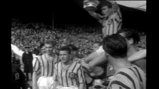 stockvideo's en b-roll-footage met 50th anniversary of munich air disaster tx london wembley stadium aston villa players holding up fa cup final trophy - fa cup