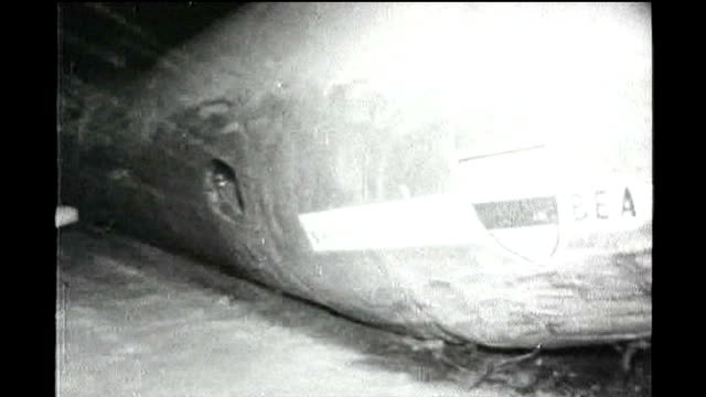 stockvideo's en b-roll-footage met 50th anniversary of munich air disaster; tx 7.2.1958 germany: munich airport: night burning fuselage of crashed plane - münchen vliegveld