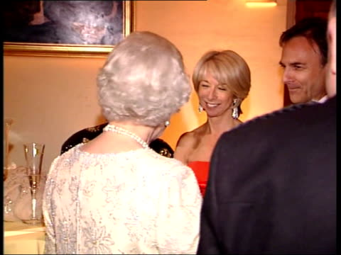 stockvideo's en b-roll-footage met 50th birthday party; england: london: guildhall: int queen elizabeth ii arriving for itv 50th birthday party cbv & side queen chatting to guests -... - soapserie