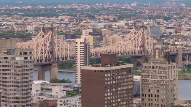 59th street bridge. ed koch, queensboro bridge day to night transition time lapse. zoom out. east river. roosevelt island. - queensboro bridge stock videos & royalty-free footage