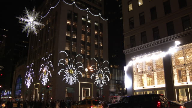 5th avenue christmas lights & decorations - tourists, holiday shoppers - fifth avenue stock-videos und b-roll-filmmaterial