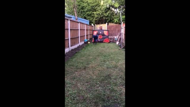 vidéos et rushes de year-old alfie completes a remake of gylfi siggurdson's goal for everton against west ham. awesome! - everton