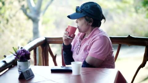 vidéos et rushes de 60-70ans aînés déguster café - 65 69 ans