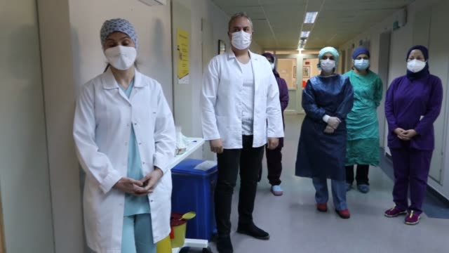 vídeos de stock, filmes e b-roll de year-old patient in turkey whose heart briefly stopped beating while receiving treatment for the novel coronavirus has been discharged from the... - recuperação