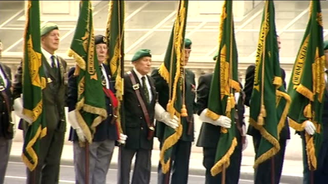 65th anniversary of vj day commemorations; england: london: ext veterans who fought in the far east during world war ii standing with regimental... - vj演出点の映像素材/bロール