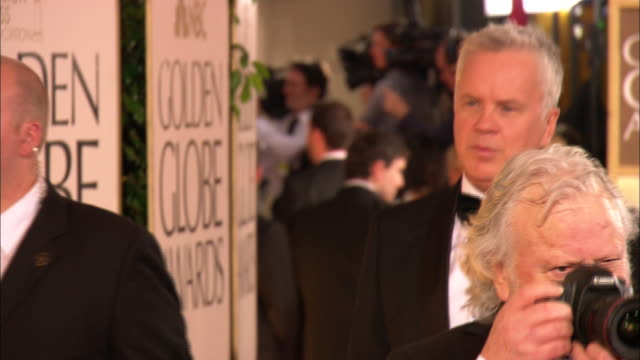 vidéos et rushes de 69th golden globe awards arrivals: hd: mcu tim robbins walking down red carpet w/eva amurri in crowd at the beverly hilton hotel - the beverly hilton hotel