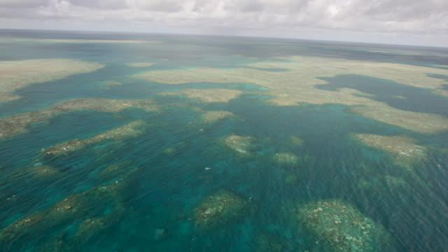 vídeos de stock e filmes b-roll de 6k red aerial tracking shot of double-barrier coral reef - territórios ultramarinos franceses