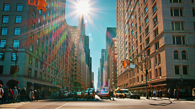 6th avenue. vista classica. stile retrò. pedonale. taxi giallo. domenica 2019. creativo. edificio finanziario. - yellow taxi video stock e b–roll