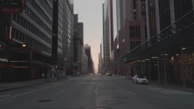 vídeos y material grabado en eventos de stock de 6th avenue, uno de los destinos más concurridos de la ciudad de nueva york, abandonado debido al brote de pandemia covid-19. - abandonado